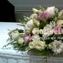 Aranjament prezidiu cu lisianthus si trandafiri