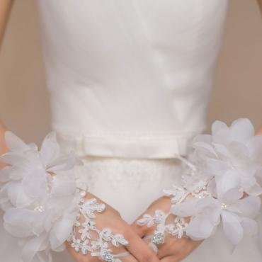 Manusi elegante de mireasa, accesorizate cu flori